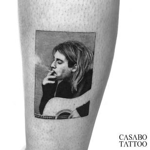 Kurt Cobain tattoo by Ivan Casabo #IvanCasabo #tattooartist #tattoodo #tattoodoapp #awesometattoo #besttattoo #kurtcobain #nirvana #realism #guitar #music #blackandgrey #legtattoo