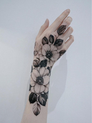 Hand tattoo by Zihwa #Zihwa #tattooartist #tattoodo #tattoodoapp #awesometattoo #besttattoo #handtattoo #hand #flower #floral #nature #illustrative #leaves #plant