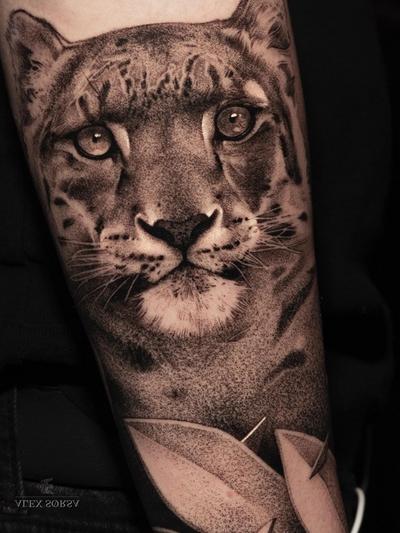 Snow leopard tattoo by Alex Sorsa #AlexSorsa #tattooideas #tattooidea #tattooinspiration #tattoodesign #tattoodesignidea #tattooinspo #blackandgrey #dotwork #realism #realistic #leopard #cat #junglecat
