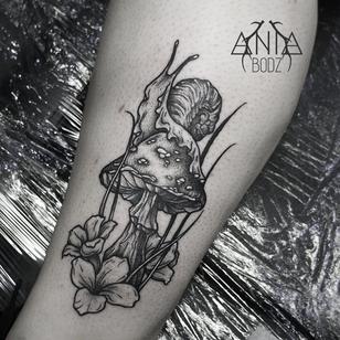 Snail tattoo by Ania Bodz #AniaBodz #snailtattoo #snailtattoos #snail #nature #animal #linework #illustrative #mushroom #flowers #fungi