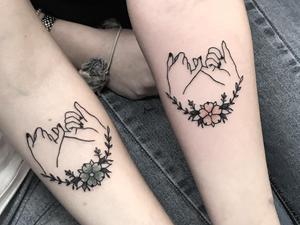 Best friend tattoos by Charlotte Bergman #CharlotteBergman #bestfriendtattoos #friendshiptattoos #friendtattoos #bfftattoo #matchingfriendtattoos #illustrative #linework #pinkyswear #flower #floral