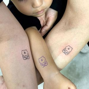 Couple tattoos by Goodmorning Town #Goodmorningtown #coupletattoos #matchingcoupletattoo #relationshiptattoo #matchingtattoosforcouples #bear #simple #teddybear #gummybear #simpletattoo #smalltattoo