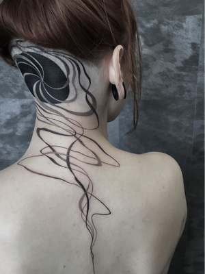 Abstract tattoo by Mare Blk #MareBlk #nationalcomingoutday #queer #qttr #lgbt #lgbtqia #blackwork #dotwork #abstract #linework #scalp #upperback #neck