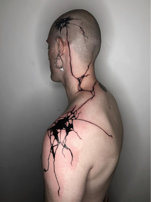 Blackwork by Fcknrx #fcknrx #nationalcomingoutday #queer #qttr #lgbt #lgbtqia #blackwork #linework #cracks #shoulder #necktattoo #neck #scalp #bodypiece #expressionism