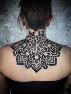 Mandala tattoo on the left by Fabio Partisan aka effedots #FabioPartisan #effedots #besttimetogettattooed #gettattooed #winter #besttattoos #blackwork #dotwork #mandala #pattern #sacredgeometry #back #neck