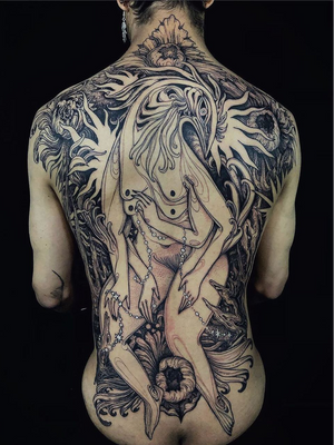 Back tattoo collaboration by Nomi Chi and Noelle Longhaul #NoelleLonghaul #NomiChi #nationalcomingoutday #queer #qttr #lgbt #lgbtqia #collaboration #nomichi #noellelonghaul #backpiece #creature #stars #flowers #floral #darkart