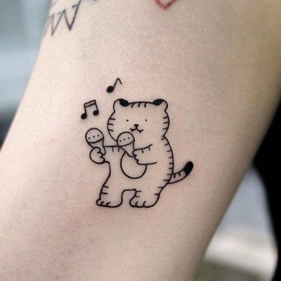 Small cat tattoo by Good Morning Town #GoodMorningTown #minimalcat #simplecat #smallcat #cattattoos #cattattoo #kittytattoo #kitty #cat #petportrait #animal #nature