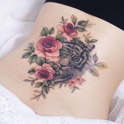 Tiger tattoo by Tattooist Silo #TattooistSilo #tiger #rose #flower #floral #plant #animal #nature #cat #junglecat #bigcat #seoul #korea #koreatattoo #seoultattooartist #seoultattoo