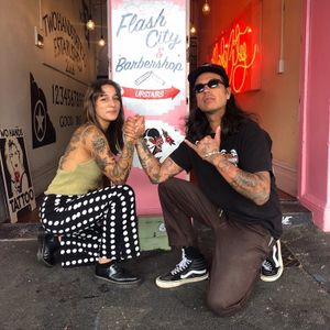 Alma with Spider Sinclair in front of Two Hands #AlmaProenca #SpiderSinclair #TwoHandsTattoo #Auckland #NewZealand #tattooapprentice
