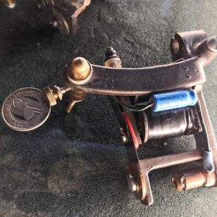 Tattoo machine owned by Sailor Jerry #sailorjerry #romatattoomuseum #tattoohistory #tattoomuseum #tattooculture #rome #italy