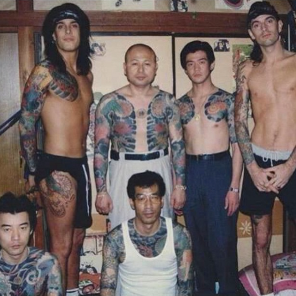 Tommy Lee on the right with Nikki Sixx on the left getting tattooed in Japan #TommyLee #MotleyCrue #rockstartattoos