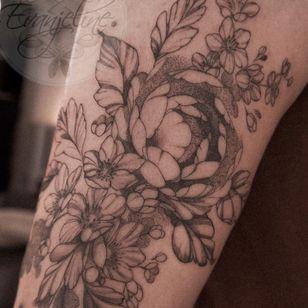 Floral fineline tattoo by Mackenzie Evanjeline #MackenzieEvanjeline #fineline #illustrative #floral