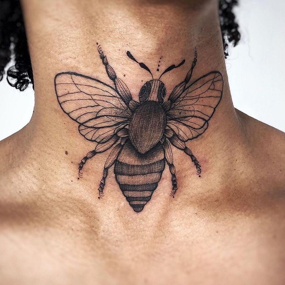 Bee neck tattoo by Hellen Zumbi #HellenZumbi #illustrative #linework #dotwork #nature #organic #braziltattoo