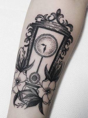 Clock tattoo by Hellen Zumbi #HellenZumbi #illustrative #linework #dotwork #nature #organic #braziltattoo