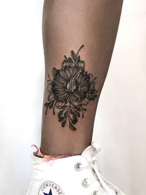 Flower tattoo by Hellen Zumbi #HellenZumbi #illustrative #linework #dotwork #nature #organic #braziltattoo