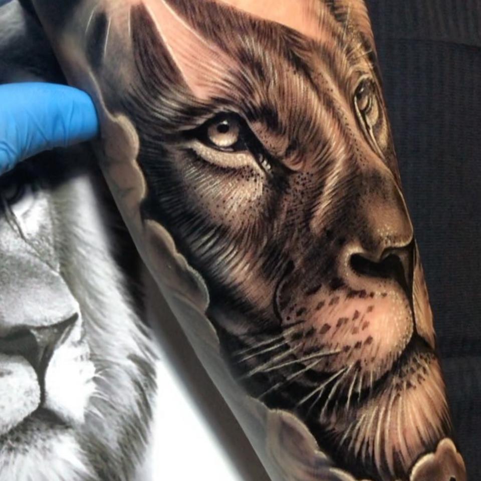 Lion tattoo by Rafael Bebber #RafaelBebber #lion #realism #blackandgrey #animal #africa