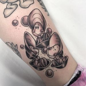 Curious oysters tattoo by meredithtattoos #meredithtattoos #oyster #curiousoysters #aliceinwonderland #fairytale #alice #disney