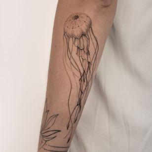 Jellyfish tattoo by Alina Baer #AlinaBaer #jellyfish #ocean #oceanlife #animal