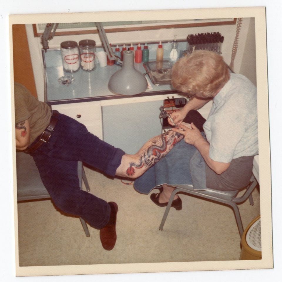 Esther Evans tattooing a client