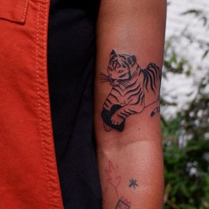 Illustrative tattoo by Mab Matiere Noire #MabMatiereNoire #illustrative #linework #tiger #heart #nature #expressive