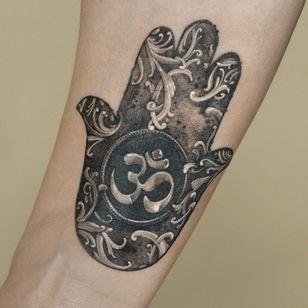 Painterly tattoo by Ati #Ati #tattooistati #koreanart #koreantattoo #koreantattooist #painterly #fineart #hamsa #om #filigree