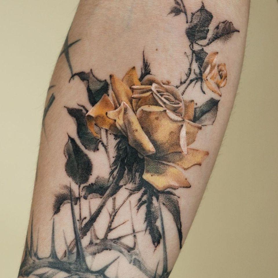 Painterly tattoo by Ati #Ati #tattooistati #koreanart #koreantattoo #koreantattooist #painterly #fineart #rose #thorns