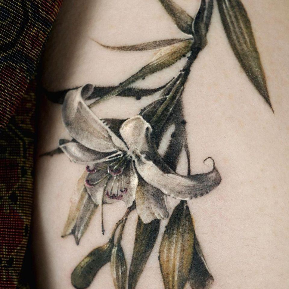 Painterly tattoo by Ati #Ati #tattooistati #koreanart #koreantattoo #koreantattooist #painterly #fineart #lily #flower