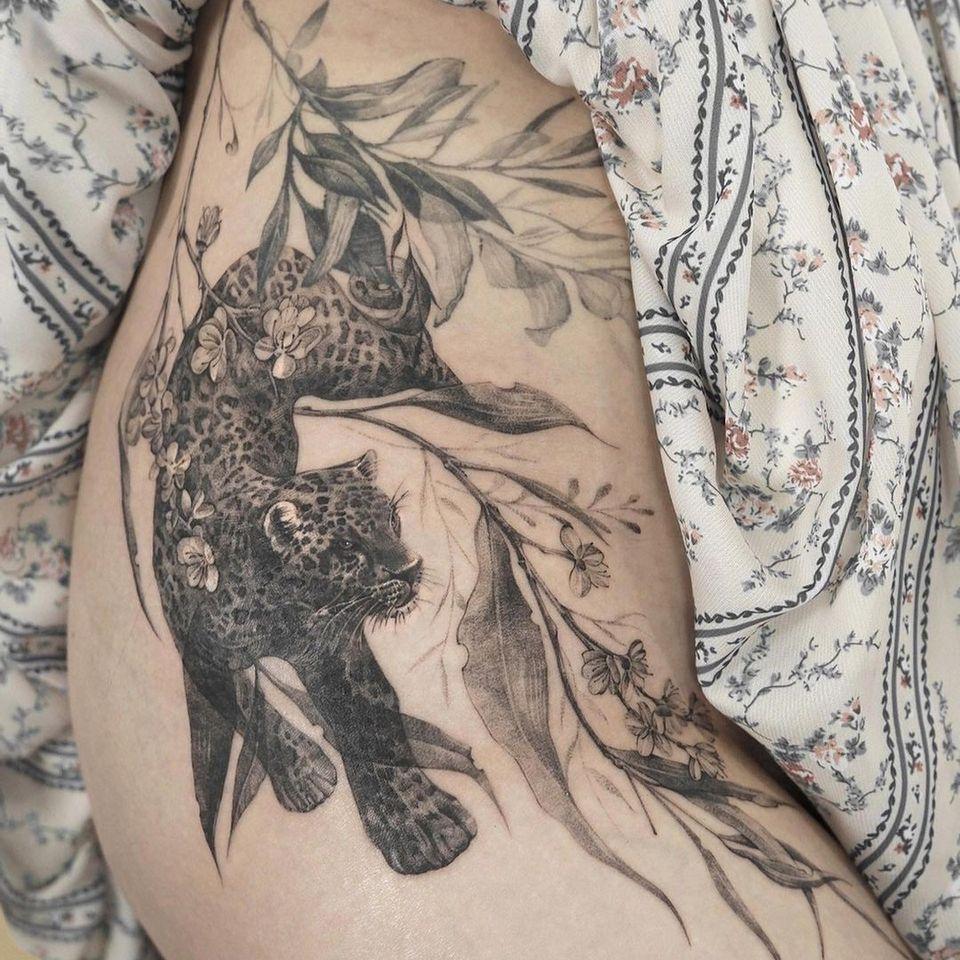 Painterly tattoo by Ati #Ati #tattooistati #koreanart #koreantattoo #koreantattooist #painterly #fineart #leopard #cat #plant #flower #realism
