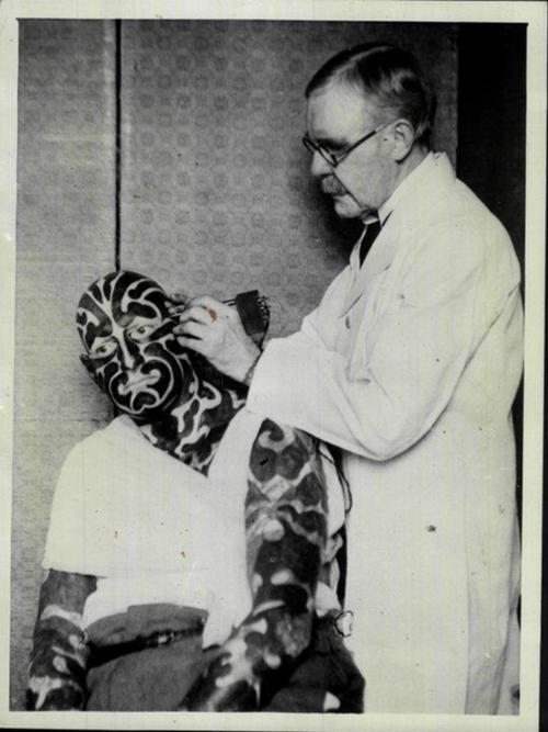 George Burchett tattooing Horace Ridler aka The Great Omi #GeorgeBurchett #thegreatomi #circustattoos #freakshows #odditities #blackandgreytattoos #fullbodytattoos
