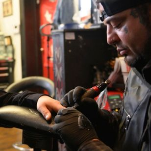 Eric Catalano tattooing two fingernails onto a client who lost part of his fingers in an accident #EricCatalano #paramedicaltattooing #cosmetictattooing #fingertattoo #restorativetattoos #anatomytattoo