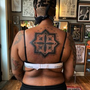 Tattoo by Sema Dayoub #semadayoub #nassimdayoub #traditionaltattoo #qttr #queertattooer #darkskintattoo #darkskinbodyart #pattern #backpiece