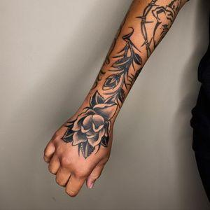 Tattoo by Sema Dayoub #semadayoub #nassimdayoub #traditionaltattoo #qttr #queertattooer  #darkskintattoo #darkskinbodyart #rose #flower #floral #hand
