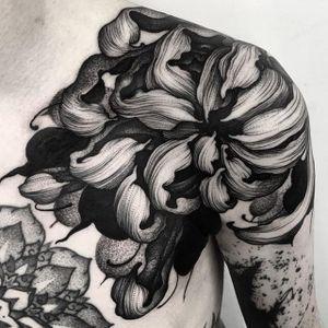 An incredible chrysanthemum via Kelly Violet (IG—kellyviolence). #blacktattoo #blackwork #flowers #kellyviolet