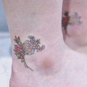 Tiny flowers, by Baam. (via IG—baam.kr) #Baam #Korea #MicroFlowers #Flowers #micro #microtattoo