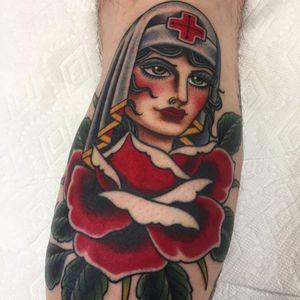 Graham Beech's gorgeous spin on the Rose of No Man's Land motif (IG—grahambeech). #GrahamBeech #ladyhead #RoseofNoMansLand #traditional