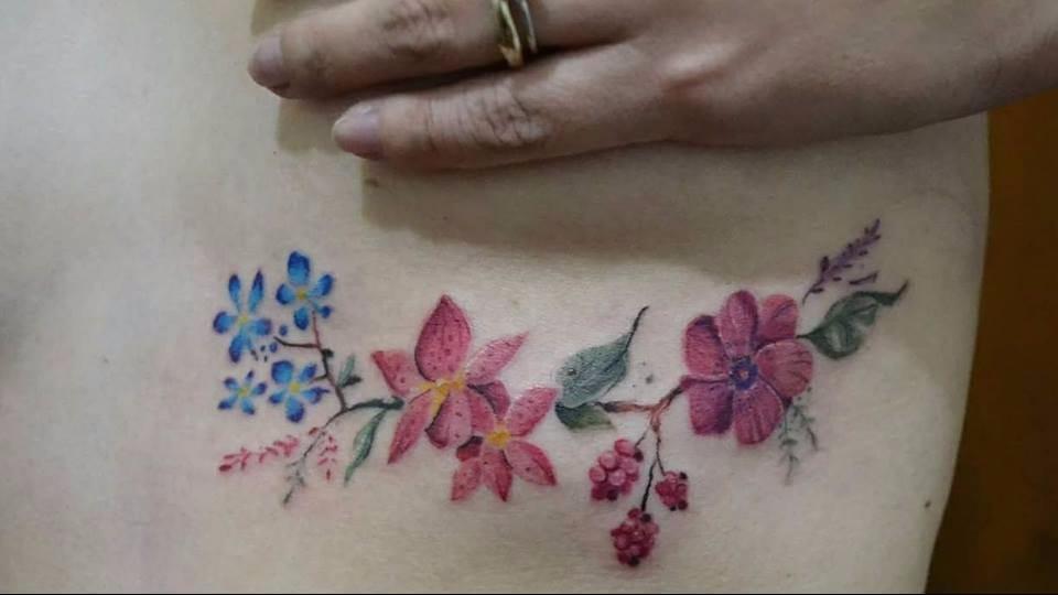Delicada. #ElaFialho #tatuadorasdobrasil #coloridas #colorful #flores #flowers