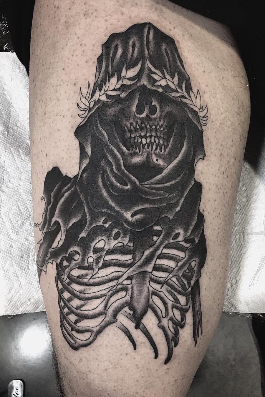 Caveirinha #ChristopherJadeCuevas #CJTattooer #gringo #blackwork #fromhell #dark #skull #caveira #folha #leaf #bones #ossos #morte #death