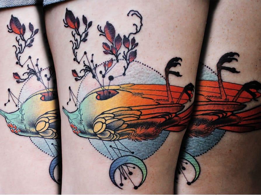 Tatuagem de Cody Eich #CodyEich #gringo #surrealism #surrealismo #graphic #grafico #geometric #geometrica #fullcolor #colorido #nature #natureza #passaro #bird #ave #raven #corvo #folha #leaf #coração #heart #degrade