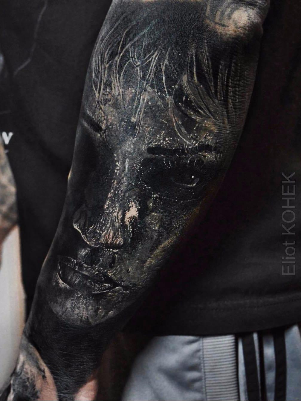 Por Eliot Kohek #EliotKohek #gringo #realismo #realism #pretoecinza #blackandgrey #rosto #face #woman #mulher #retrato #portrait #dark #terror #horror