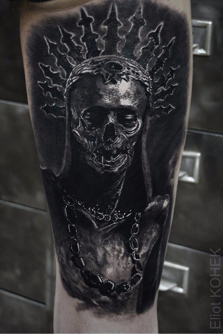 Por Eliot Kohek #EliotKohek #gringo #realismo #realism #pretoecinza #blackandgrey #skull #caveira #coroa #crown #joias #jewelry #dark #horror #terror