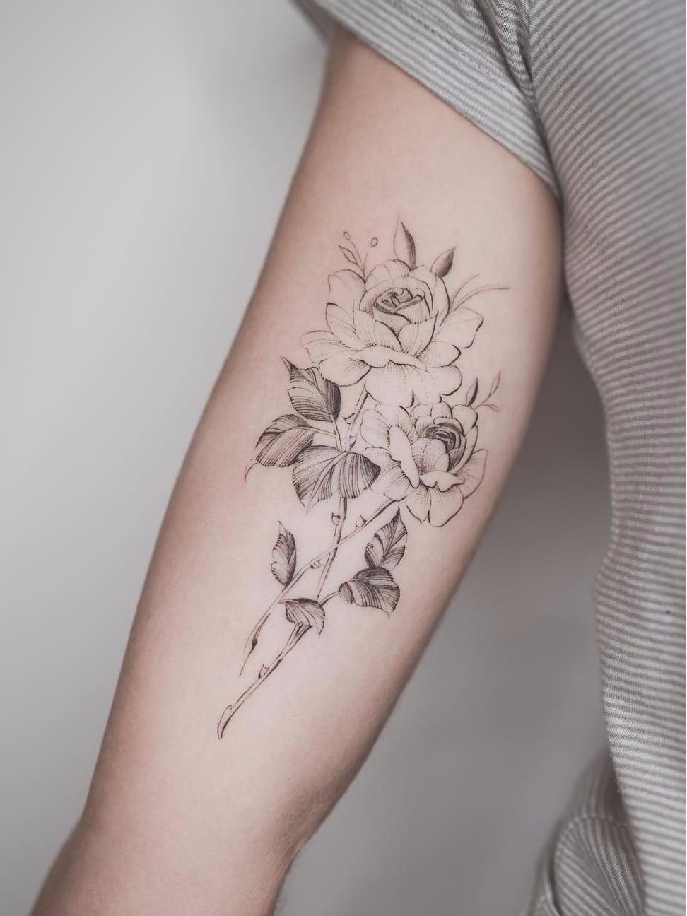 Por Tritoan Ly #TritoanLy #gringo #fineline #botanica #botanical #flor #flower #delicate #delicada #blackwork #pontilhismo #dotwork #rosa #rose #folha #leaf