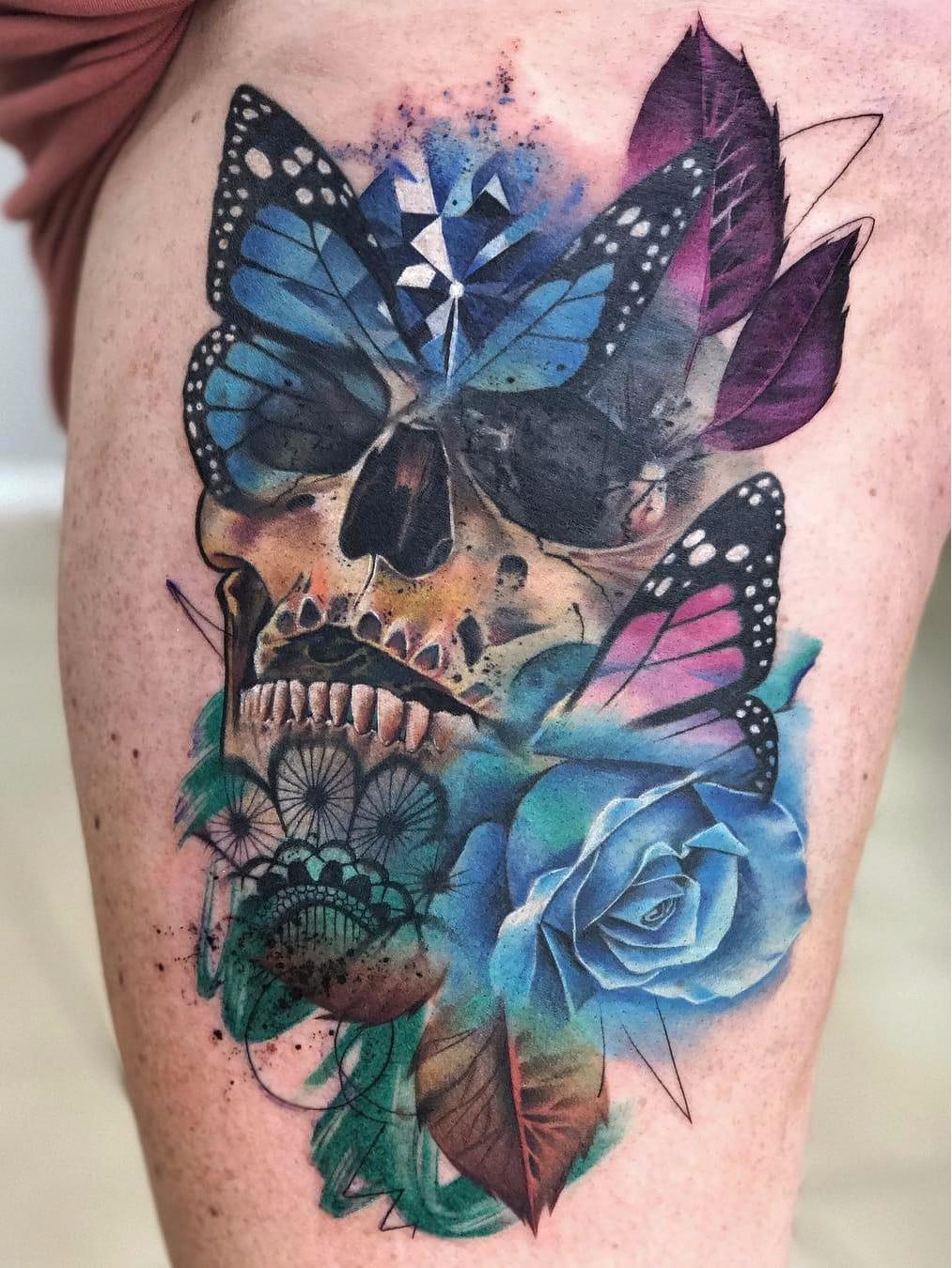 Por Freddie Albrighton #FreddieAlbrighton #gringo #colorido #colorful #realismo #realism #realismocolorido #flor #flower #caveira #skull #cranio #grafico #graphic #rosa #rose #watercolor #aquarela #borboleta #butterfly