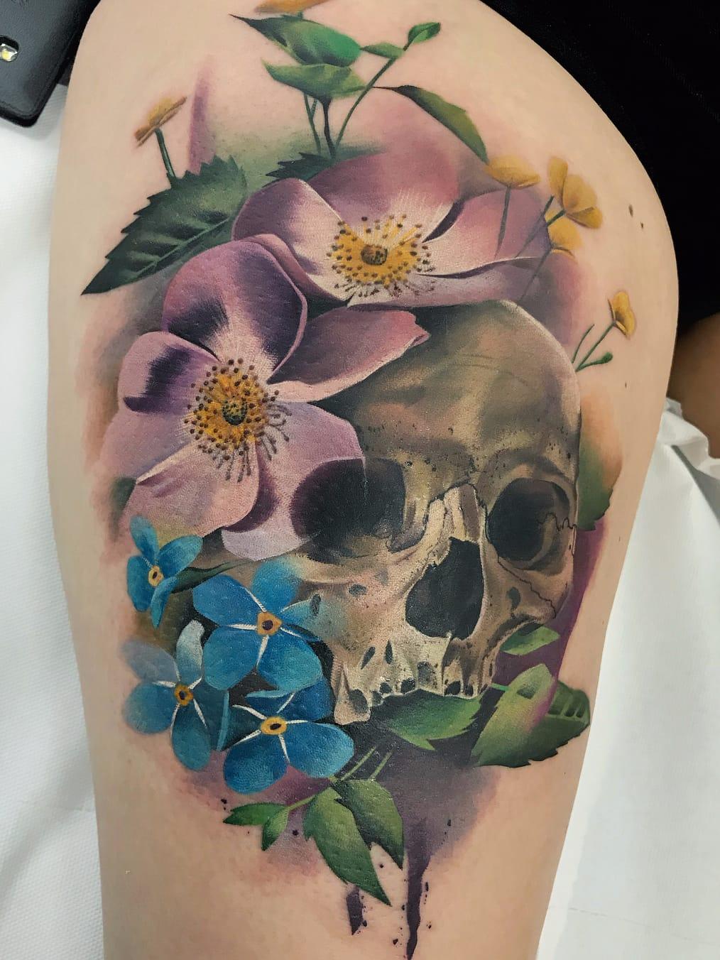 Por Freddie Albrighton #FreddieAlbrighton #gringo #colorido #colorful #realismo #realism #realismocolorido #skull #caveira #cranio #flor #flower #aquarela #watercolor #folha #leaf