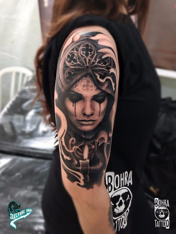 Bela dama #JandersonBolzan #Bohra #brasil #brazil #brazilianartist #tatuadoresdobrasil #realismo #realism #pretoecinza #blackandgrey #woman #mulher #vela #candle