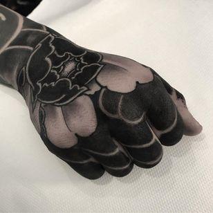 Hand tattoo by Lupo Horiōkami #LupoHoriokami #handtattoos #blackandgrey #blackfill #peony #floral #flower #nature