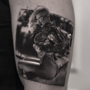 Extremely Realistic Tattoo by Inal Bersekov #InalBersekov #blackandgreyrealismtattoos #blackandgreyrealism #blackandgrey #realism #hyperrealism #realistic #babe #portrait #flower #floral #sunglasses #pinup