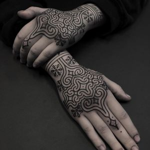 Hand tattoos by Clinton Lee #ClintonLee #geometrictattoos #geometric #sacredgeometry #sacredgeometrytattoo #pattern #line #linework #shapes #ornamental #dotwork #handtattoo