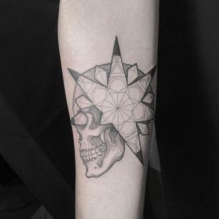 Geometric skull tattoo by Scott Campbell #ScottCampbell #geometrictattoos #geometric #sacredgeometry #sacredgeometrytattoo #pattern #line #linework #shapes #ornamental #fineline #skull #death