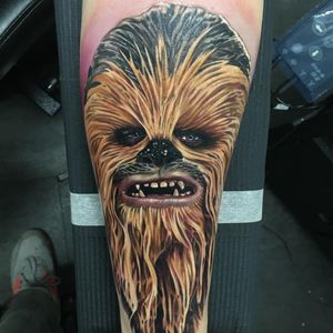 Chewbacca tattoo by Alex Rattray #AlexRattray #chewbaccatattoo #chewbacca #starwars #movietattoos #petermayhew #georgelucas #scifi