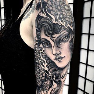 Lady head tattoo por Clauda De Sabe #ClaudiaDeSabe #arm Las 10 mejores ciudades para tatuarse en #London #tattooidea #tattoo #tattooart #vacation #travel # top10 # top10cities #gettattooed